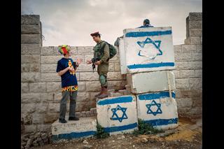 Soldat redet mit Zivilisten