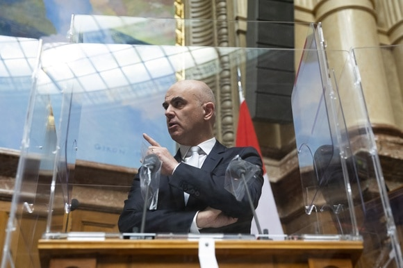 Interior Minister behind plexiglass protection in parliament