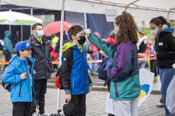 Young athletes have their temperature taken before competitions at the Lucerne Cantonal Youth Day 2021 in Zell.