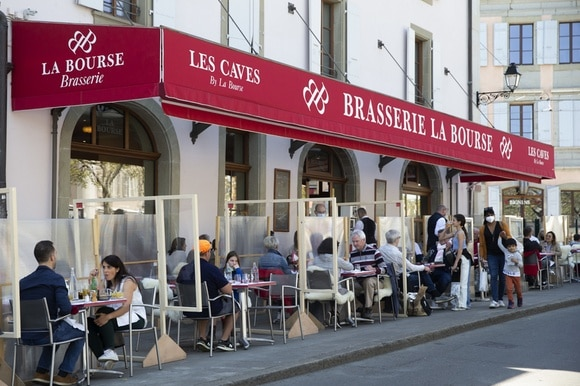 People eating outside a Geneva restaurant
