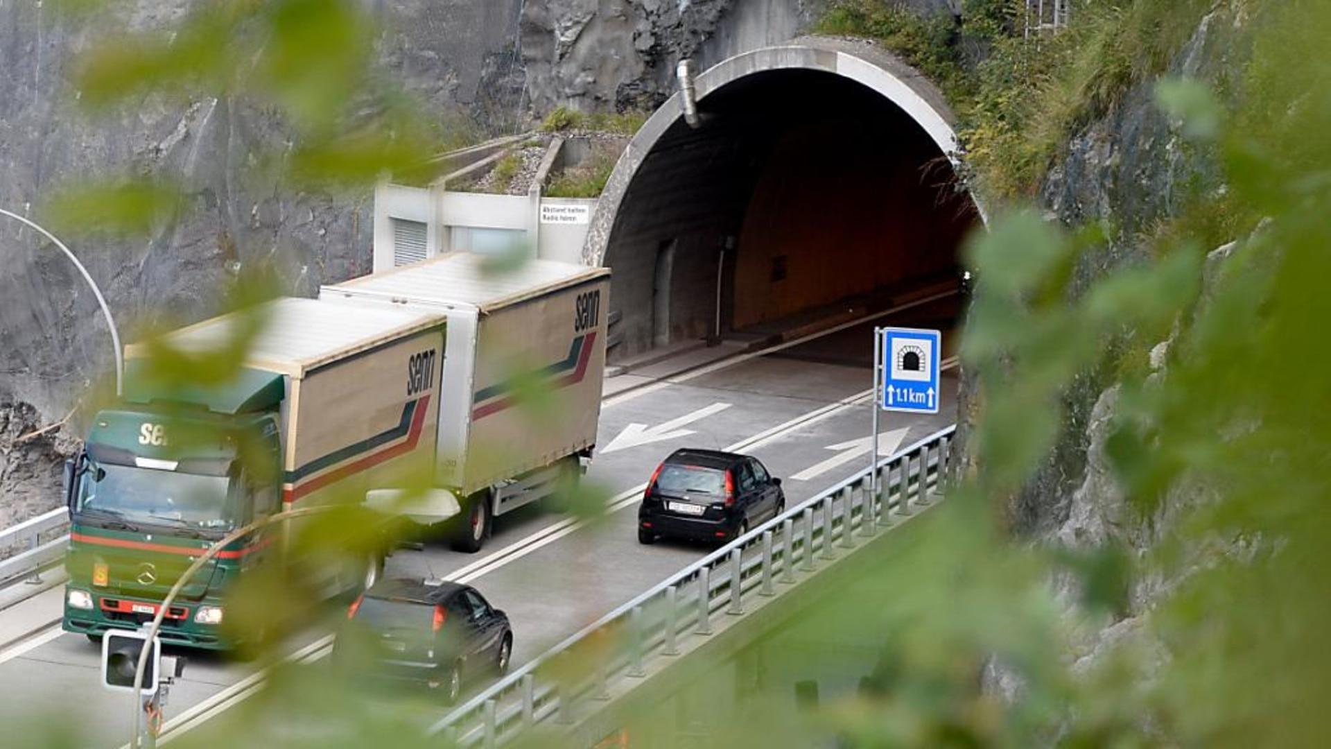 Axenstrasse nach Verkehrsunfall wieder geöffnet - SWI ...