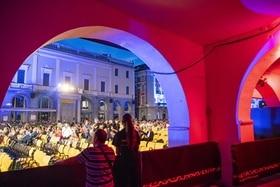 La audiencia en Piazza Grande