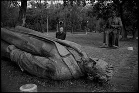Gefallene Statue