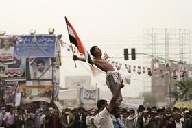 Mann wird auf Schultern getragen während Protest