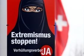 Plakat verhüllte Frau mit bösem Blick