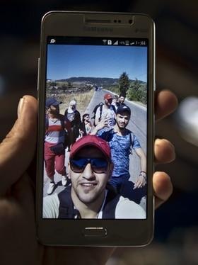 un migrant montre un selfie de lui sur les routes de l exil